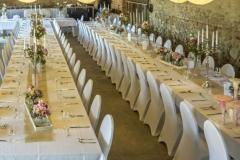 Festtafeln in der Hochzeitsscheune